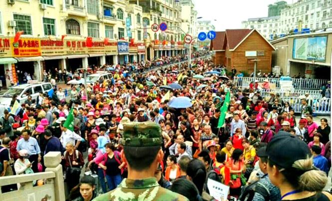Cảnh hàng vạn du khách Trung Quốc xếp hàng làm thủ tục nhập cảnh vào Việt Nam trong mấy ngày qua.