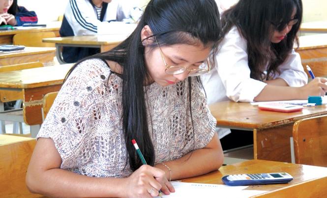 Thí sinh tại điểm thi THPT Việt Đức trong buổi thi môn toán. Ảnh: Nghiêm Huê.