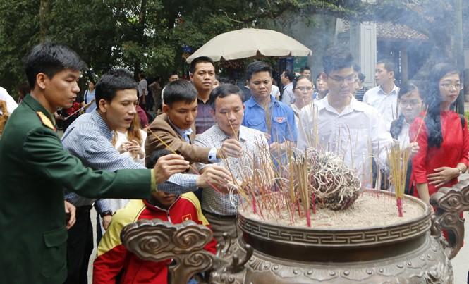 Đoàn đại biểu Gương mặt trẻ Việt Nam tiêu biểu 2016 về nguồn dâng hương, báo công lên các Vua Hùng. Ảnh: Như Ý.