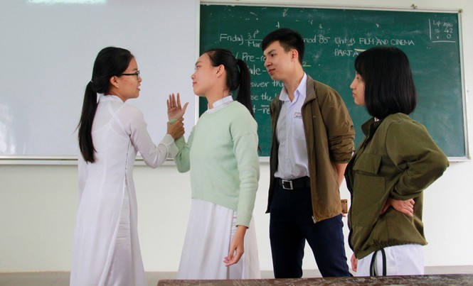 """Học sinh trường THPT Phan Châu Trinh đang thực hành giải quyết một tình huống trong buổi học về """"Rèn luyện kỹ năng - nâng cao học tập"""". Ảnh: Thanh Trần."""
