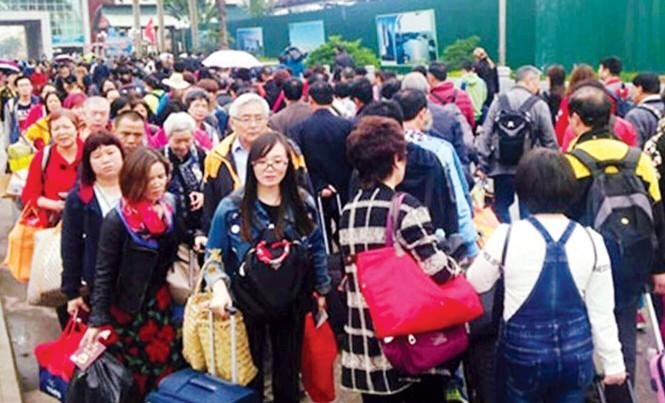 Nhiều khách Trung Quốc nhập cảnh qua cửa khẩu Móng Cái những ngày gần đây.