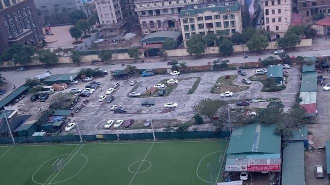 Lô đất dự án được cho thuê làm bãi tập lái xe, gara ô tô trái phép thuộc phường Mễ Trì, quận Nam Từ Liêm. Ảnh: Tuấn Nguyễn.