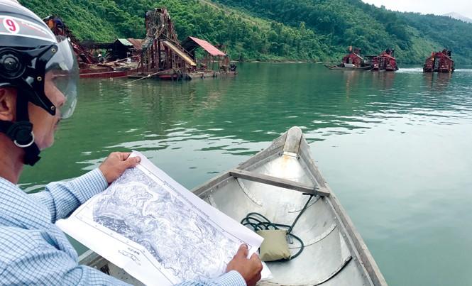 Ông Phúc đưa bản đồ ra và cho biết, đây không phải khu vực cấp mỏ, nhưng thuyền khai thác ở đây phải nộp phí cho doanh nghiệp.