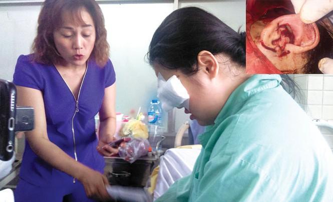 """Em Nguyễn Thị Ngọc Trúc và mẹ tại Bệnh viện Chợ Rẫy (TPHCM) (ảnh lớn). Hình ảnh tai Trúc bị """"xẻo"""" gần như đứt lìa (ảnh nhỏ). Ảnh: NVCC."""