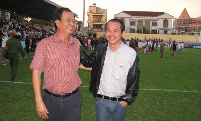 Ông Lê Nguyên Hồng và ông Đoàn Nguyên Đức vui vẻ trò chuyện sau một trận đấu. Ảnh: VSI.
