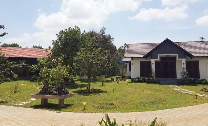 Khu nhà vườn được xây dựng quy mô trên đất nông nghiệp của ông Đấu.