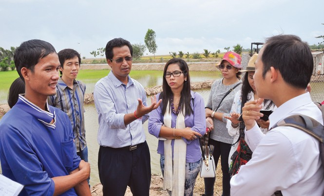 Thanh niên Nhật Bản, Myanmar, Campuchia và Việt Nam tham quan nông trại Tâm Việt của anh Võ Văn Tiếng (bìa trái) tại Đồng Tháp.