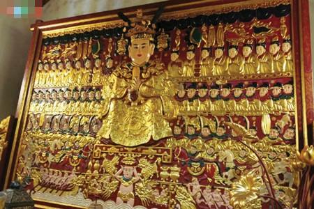 Bức phù điêu giá tượng Đức Quốc tổ Lạc Long Quân trên 1000 năm tuổi được dát vàng.