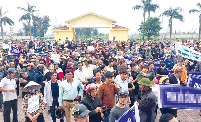 Hơn 2.000 giáo dân kéo vào trụ sở UBND huyện Lộc Hà, một số đối tượng quá khích đã gây thương tích cho cán bộ công an làm nhiệm vụ bảo vệ trật tự tại hiện trường. Ảnh: TL.