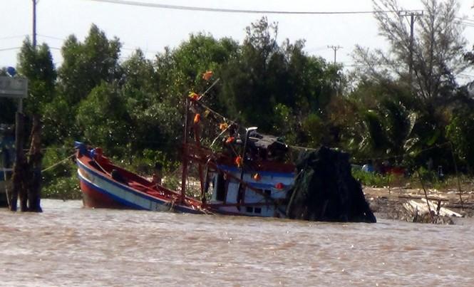 Chiếc tàu chìm được kéo lên bờ.