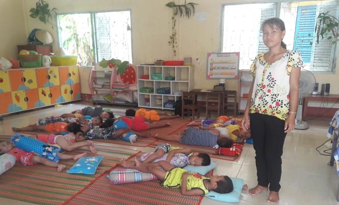Cô Sơn Thị Ngọc Mai, giáo viên mầm non Hoa Sen trong lớp học tạm tại Trường tiểu học Phù Ly 2. Ảnh: Nhật Huy.