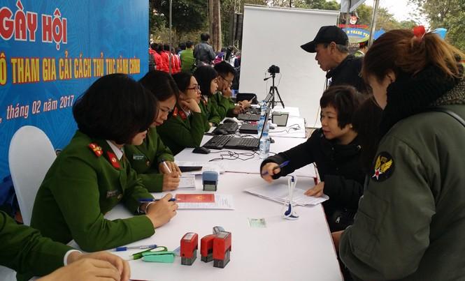 Đoàn thanh niên công an giúp nhân dân giải quyết thủ tục hành chính, cấp mới thẻ căn cước công dân.