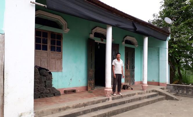 Ông Nguyễn Văn Văn trước ngôi nhà gia đình ông xây từ năm 2005. Ảnh: Hoàng Lam.