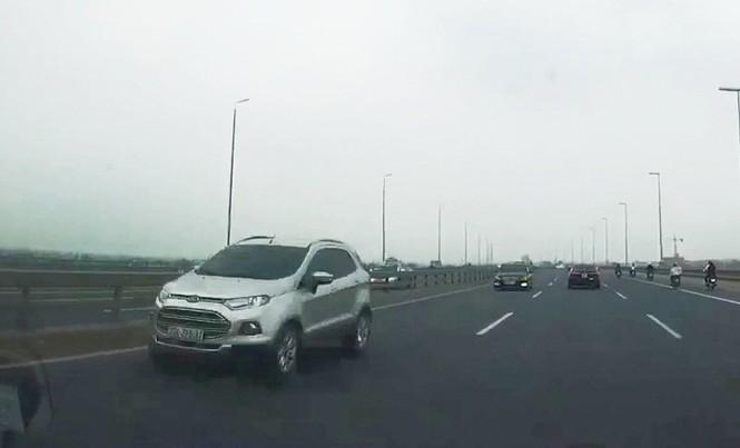 Xe Ford Ecosport BKS 30A-275.31 - một trong 5 ô tô đi ngược chiều trên cầu Nhật Tân đã xác định được người điều khiển là Trịnh Thu Hường, trú tại quận Nam Từ Liêm, Hà Nội.
