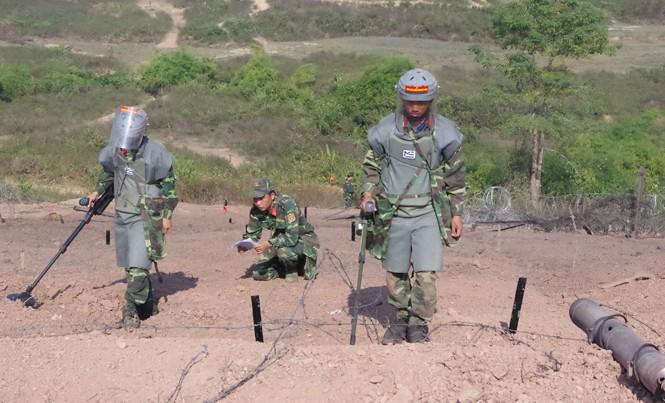 ĐVTN Lữ đoàn Công binh 229 tham gia rà phá bom mìn, vật nổ tại một cuộc diễn tập.