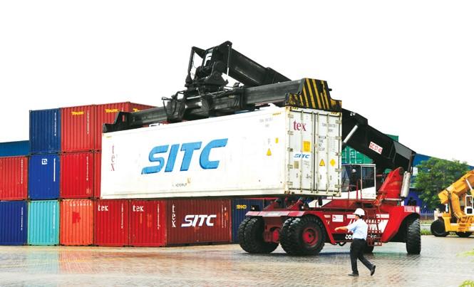 Hàng hóa xuất khẩu của Cần Thơ bị kẹt đường ra. Ảnh: Hòa Hội.