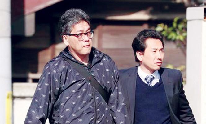 Nghi phạm Shibuya Yasumasa (trái) bị bắt giữ sáng qua tại nhà riêng. Ảnh: Asahi.