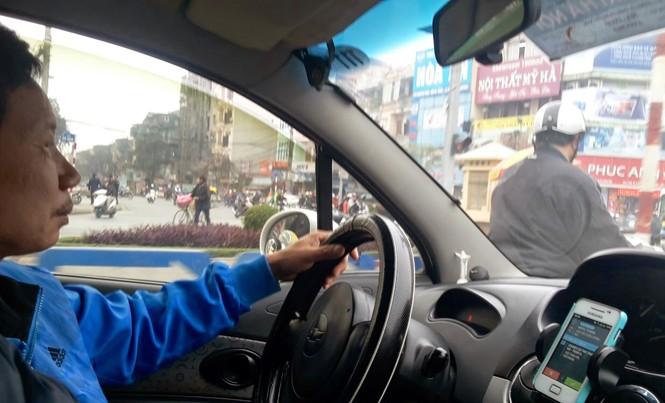 Dù chỉ xuất hiện 2 năm nhưng dịch vụ Uber và Grab đã bùng nổ tại Việt Nam. Ảnh: Bảo An.