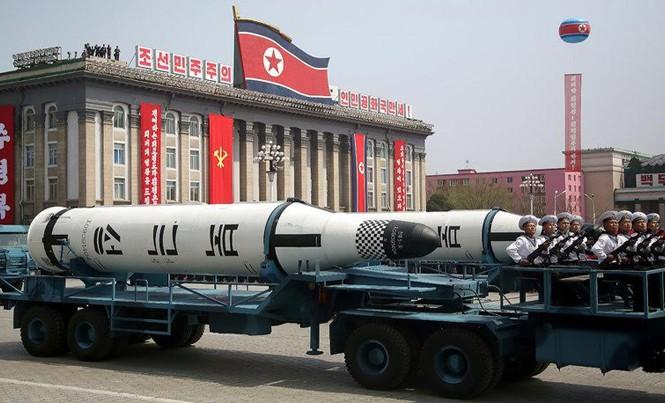 Tên lửa đạn đạo Pukguksong phóng từ tàu ngầm được giới thiệu trong lễ duyệt binh ngày 15/4 ở Bình Nhưỡng. Ảnh: AP.