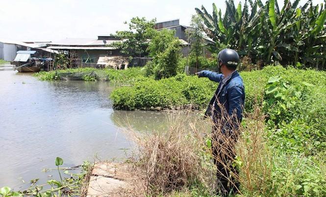 Nước sông bị ô nhiễm đen ngòm.