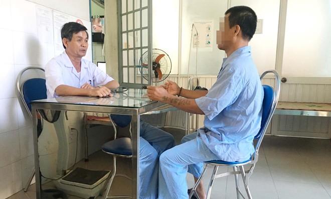Bác sĩ kiểm tra bệnh tình của một bệnh nhân có dấu hiệu loạn thần. Ảnh: Thanh Trần.