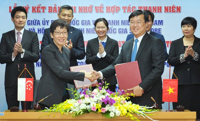 Anh Lê Quốc Phong và bà Grace Fu ký bản ghi nhớ hợp tác về thanh niên. Ảnh: Xuân Tùng.