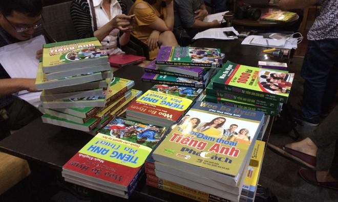 Những cuốn sách tiếng Anh bị ông Woo Bo Huyn tố vi phạm bản quyền.