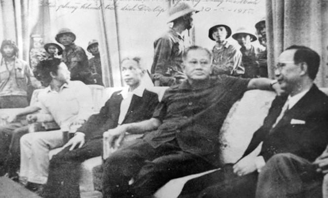 Nội các Dương Văn Minh trong ngày 30/4; Từ trái qua phải: ông Vũ Văn Mẫu, ông Dương Văn Minh, ông Nguyễn Văn Huyền. (Ảnh tư liệu).