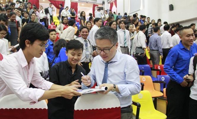GS Ngô Bảo Châu ký tặng các bạn sinh viên Đà Nẵng. Ảnh: Thanh Trần.