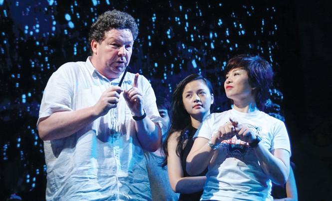 """Đạo diễn Xavier Lukowski hướng dẫn diễn viên Nhà hát Tuổi trẻ tập """"Con chim xanh"""". Ảnh: Toan Toan."""