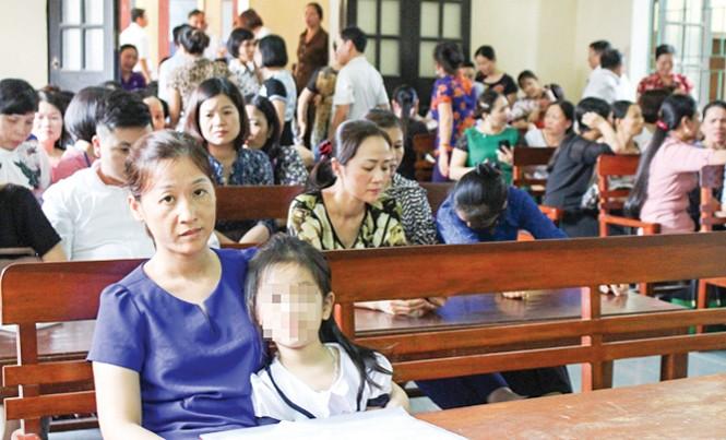 Phương Anh và mẹ tại phiên tòa. Ảnh: Hoàng Lam.