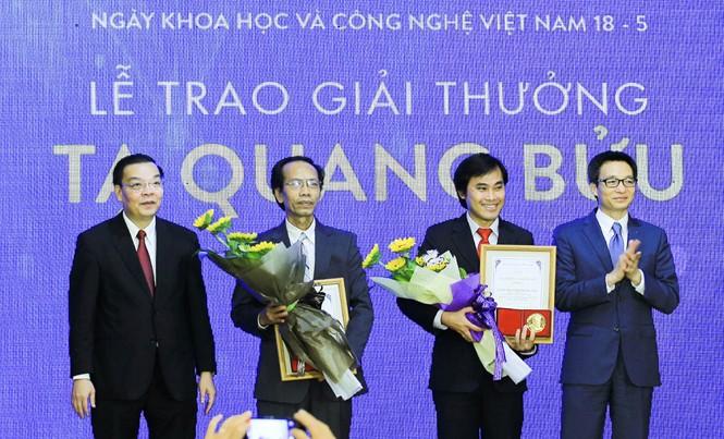 Phó Thủ tướng Vũ Đức Đam và Bộ trưởng Bộ Khoa học và Công nghệ Chu Ngọc Anh trao giải thưởng Tạ Quang Bửu cho hai nhà khoa học nhận giải năm nay. Ảnh: TTXVN.