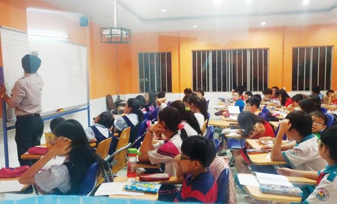 Bên trong một lớp luyện thi vào trường Chuyên Trần Đại Nghĩa ở quận 3, TPHCM. Ảnh: PV.