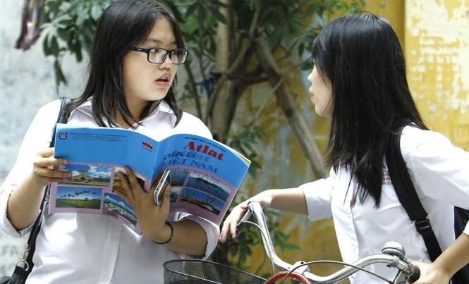 Sách giáo khoa Địa lý lớp 12 và Atlat địa lý Việt Nam lạc hậu hơn 10 năm, để học sinh phải học số liệu cũ là lỗi của ai? Ảnh: Ngọc Châu.