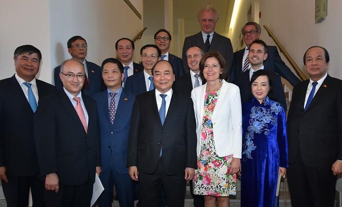 Thủ tướng Nguyễn Xuân Phúc và đoàn công tác của Chính phủ làm việc với bà Malu Drayer - Chủ tịch Hội đồng Liên bang Đức, kiêm Thủ hiến bang Rheinland-Pfalz. Ảnh: QH.