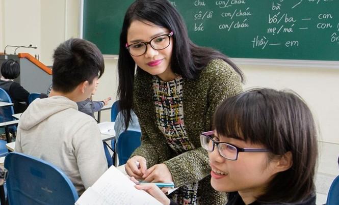Hoàng Phượng trong một lớp dạy tiếng Việt tại Đài Loan.