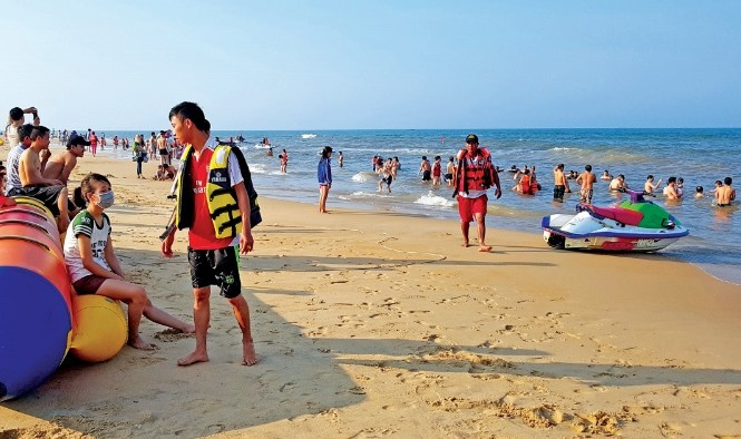 Du khách đổ về Quảng Bình tắm biển. Ảnh: Hoàng Nam.