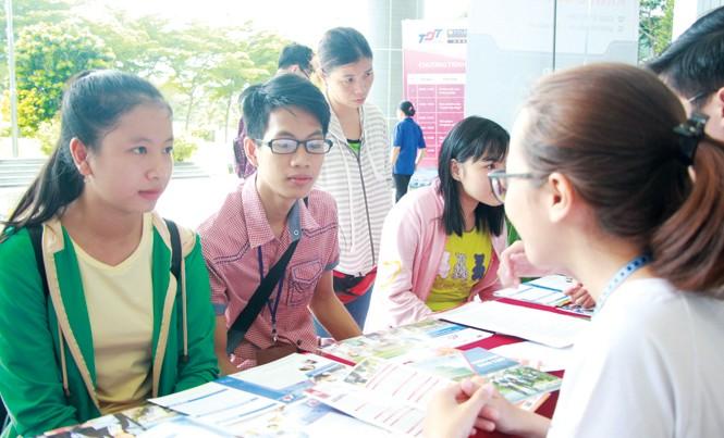 Nhiều thí sinh đến nghe tư vấn ngành nghề và thay đổi nguyện vọng đăng ký xét tuyển tại trường Đại học Tôn Đức Thắng ngày 15/7. Ảnh: Nguyễn Dũng.