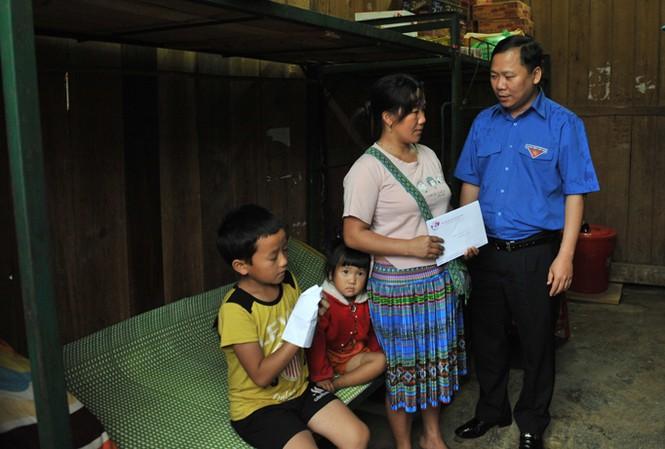 Bí thư T.Ư Đoàn, Chủ tịch T.Ư Hội LHTN Việt Nam Nguyễn Phi Long thăm và tặng quà các gia đình bị thiệt hại lũ quét tại Mù Cang Chải.