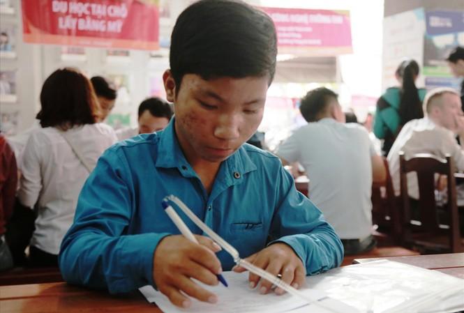 Hồ Xuân Sang làm thủ tục nhập học tại ĐH Duy Tân. Ảnh: Nhật Hạ.