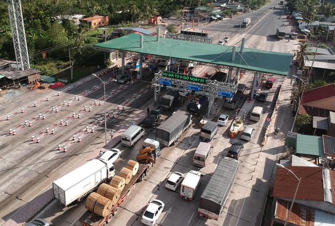 Thời gian qua, tại trạm thu phí Cai Lậy (Tiền Giang) xảy ra tình trạng kẹt xe, do các tài xế tiếp tục đưa tiền lẻ mệnh giá nhỏ mua vé để phản đối. Ảnh: Lê Phong.