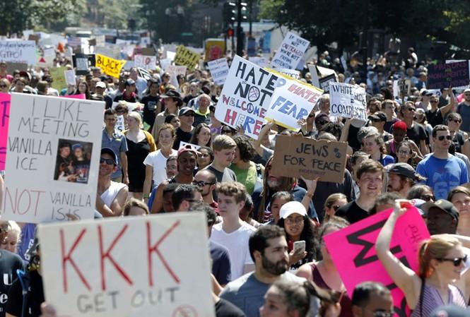 Người biểu tình ở Boston mang theo những khẩu hiệu phản đối kỳ thị chủng tộc. Ảnh: Getty Images.