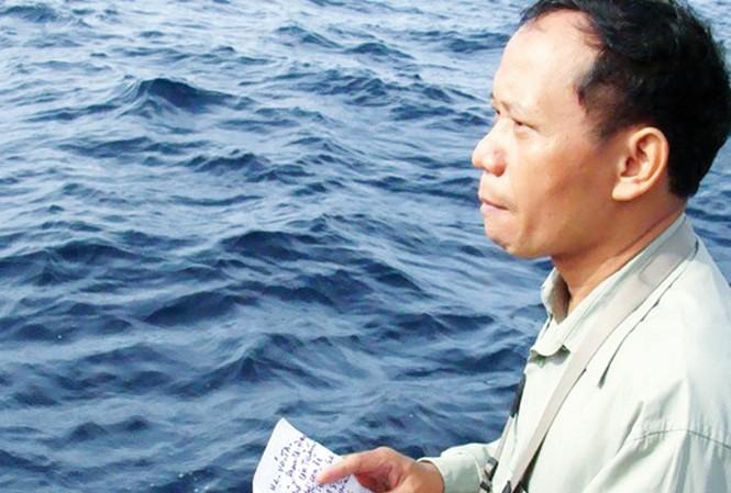 Phóng viên Nguyễn Đình Quân đọc thư của cụ Võ Ta gửi liệt sĩ Võ Đình Tuấn, tại buổi tưởng niệm ngày 12/1/2011.