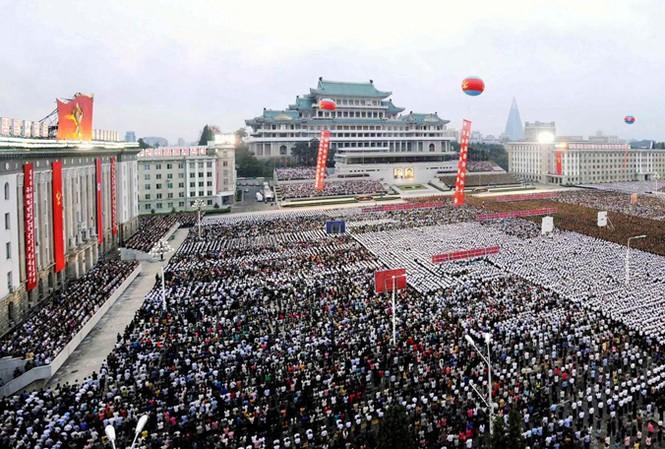 Người Triều Tiên tập trung trên quảng trường ở Bình Nhưỡng ăn mừng sự kiện nước này phóng thành công tên lửa đạn đạo xuyên lục địa. Ảnh: Getty Images.
