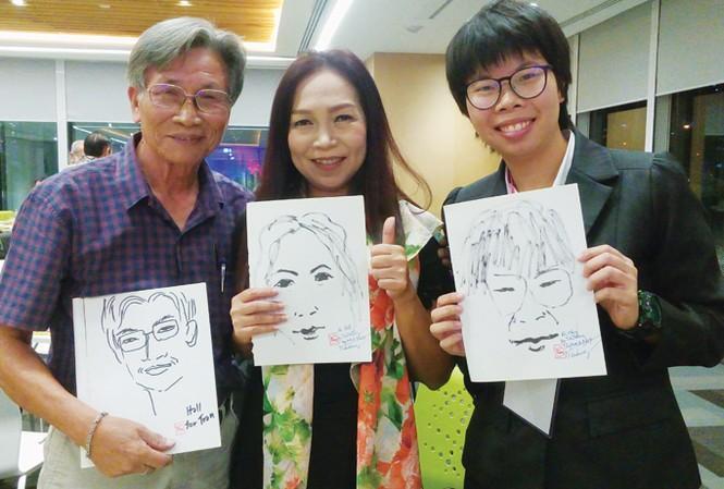 """""""Trần Ham Vui"""" với những bức chân dung vẽ tặng bạn văn các nước láng giềng."""