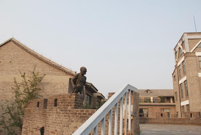 Pho tượng do Nhạc Mẫn Quân tặng cho làng.