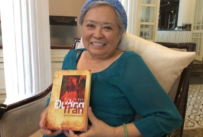 Bà Trần Tố Nga trong buổi ra mắt tự truyện.