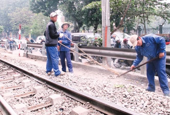 Qua hơn 120 năm phát triển, công nhân đường sắt vẫn lao động thủ công mệt nhọc và thu nhập thụt lùi soi với các ngành nghề khác. Ảnh: Sỹ Lực.