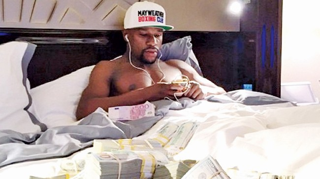 Mayweather khoe tiền trắng trợn. Ảnh: Daily Mail