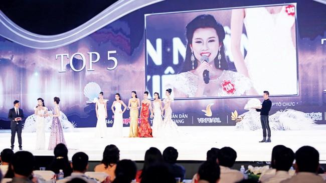 Người đẹp Thanh Tú trả lời ứng xử trong vòng chung kết Hoa hậu Việt Nam 2014. Ảnh: Hồng Vĩnh